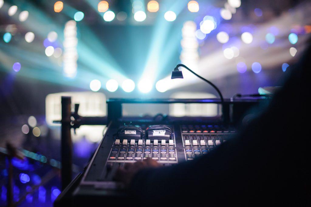Esitys- ja teatteritekniikan ammattitutkinto mahdollistaa sinulle pätevyyden alalle, jossa luodaan tekniikan avulla vaikuttavia tapahtumia.