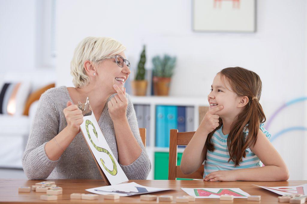 Kuvituskuva: aikuinen nainen ohjaa lasta.