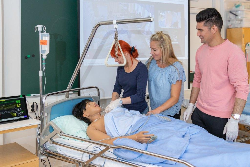 Lähihoitajakoulutuksen opetustilanne simulaatioluokassa.