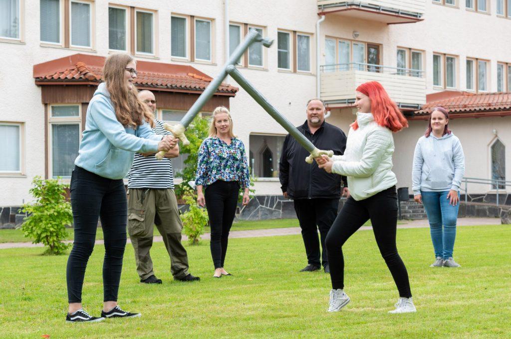 Kuvassa miekkailua Pieksämäen kampuksen pihalla.