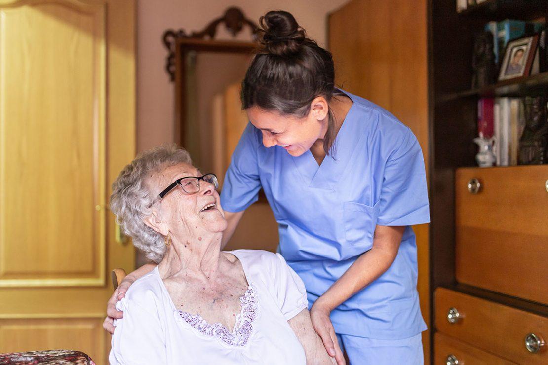 Kuvituskuva, hoitaja ikääntyneen henkilön luona